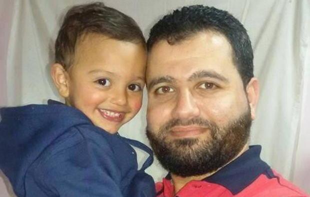 Islam Hamed con suo figlio in una foto di alcuni anni fa