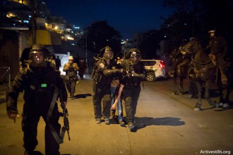 La polizia arresta un giovane palestinese nel quartiere di Gerusalemme Est di Silwan il 26 Ottobre, 2014.