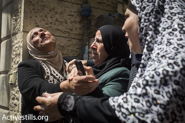 Una zia di Muhammad Abu Latifa grida al suo funerale nel campo profughi di Qalandia tra Ramallah e Gerusalemme, 27 luglio 2015. Abu Latifa è stato ucciso durante la fuga commando israeliani speciali di polizia durante un raid arresto sulla sua casa la mattina presto. (Oren Ziv / Activestills.org)