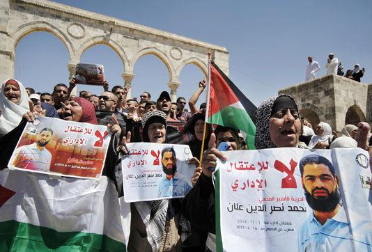 A Jerusalem, des manifestants protestent contre la détention administrative de Mohammed Allan, dans le coma depuis le 14 août après deux mois de grève de la faim. Mahmoud Illean / AP