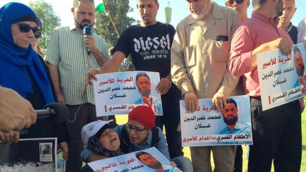 Protesters demonstrate in support of hunger-striking prisoner Mohammed Allaan, outside Soroka Medical Center in Be'er Sheva. Eliyahu Hershovitz read more: http://www.haaretz.com/opinion/.premium-1.671264