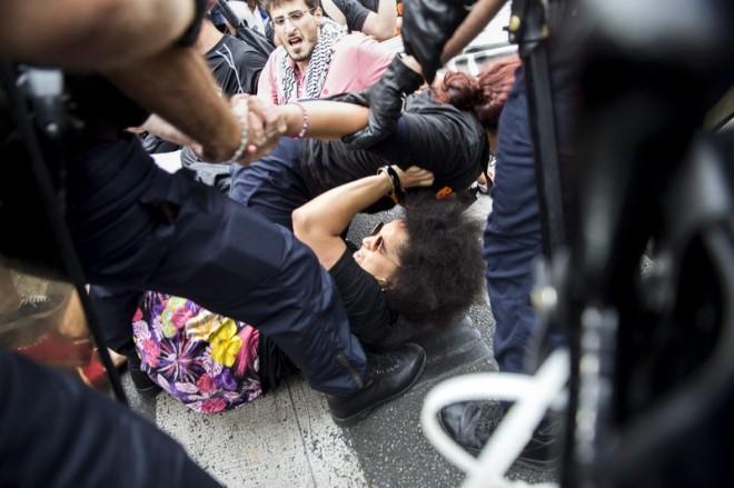 La polizia rimuove forzatamente attivisti che protestano in solidarietà con la Palestina durante un sit-in a