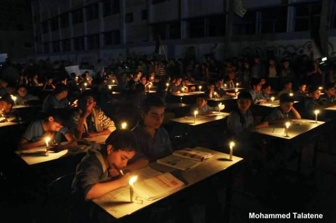 Gaza senza elettricità.. Immaginare   la situazione   per questi bambini innocenti e le loro famiglie.. [Munir Mezyed]