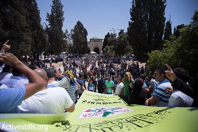 I palestinesi protestano in Al Aqsa complesso della moschea contro esponenti della destra israeliana, a seguito di una protesta in cui i laters chiamati a permettere agli ebrei di pregare all'interno del complesso, città vecchia di Gerusalemme, 24 luglio 2015. (foto: Fiaz Abu-Rmeleh / Activestills.org )
