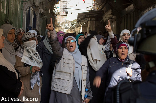 <p> Palestinian women shout slogans as Israeli police forces block Palestinians at an entrance of the Al-Aqsa mosque compound in Jerusalem's old city, after Israeli police and authorities limited access to one of Islam's holiest sites, July 26, 2015, following clashes inside the compound.</p>
