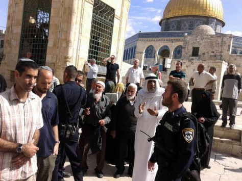 Palestinians protest as right-wing Israelis tour the Noble Sanctuary (Haram al-Sharif) mosque complex, known as the Temple Mount to Jews, in the Old City of Jerusalem, October 1, 2014. (Photo: EPA)