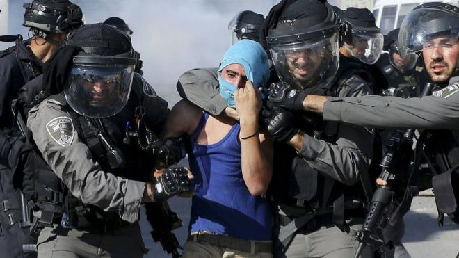Israeli border policemen detain a Palestinian protester during clashes in Shoafat refugee camp near Jerusalem, September 18, 2015.Reuters