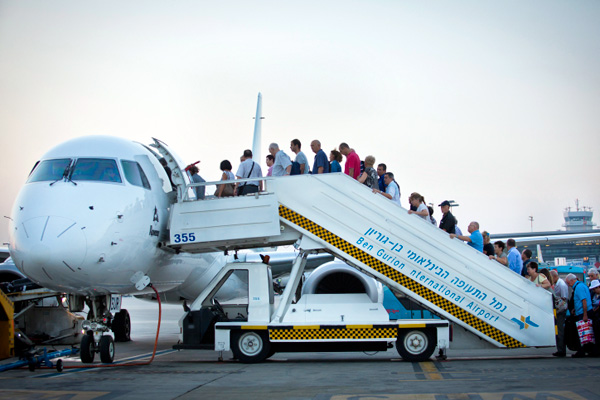 boarding-plane-Moshe-Shai-Flash90